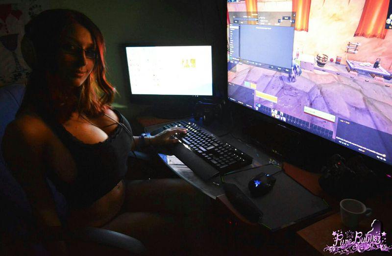 brazilian-gamer-girl-free-glamor-porn-pics